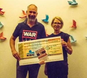 F:e-m@il overhandigt een mooi bedrag aan War Child